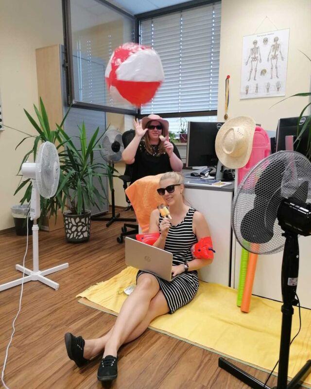 *** URLAUBSFEELING BEI KOLOSZAR ***  Bei den momentan herrschenden Temperaturen holt sich unser Office-Team den Strand an den Schreibtisch 🌴☀️🌊 Mit Ventilator, Eis am Stiel und nach einer Runde (Wasser-)Ball arbeitet es sich in der Sommerhitze doch gleich viel angenehmer 😎🍦🤽♀️  mit sommerlichen Grüßen, Das Team der Koloszar Medizintechnik GmbH  #derganznormalewahnsinn #sommer  #eis  #abkühlung  #lebensretter #nieohnemeinteam  #koloszarmedizintechnik